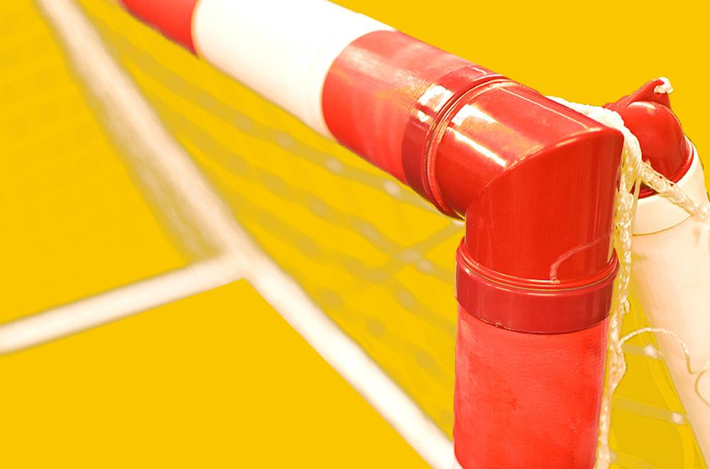 Utsnitt av oppblåsbart håndballmål med gul bakgrunn