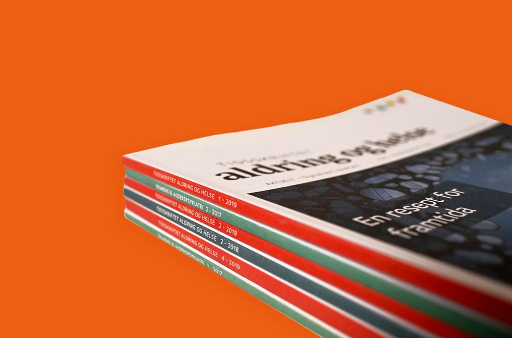 Bunke med magasiner på oransje bakgrunn