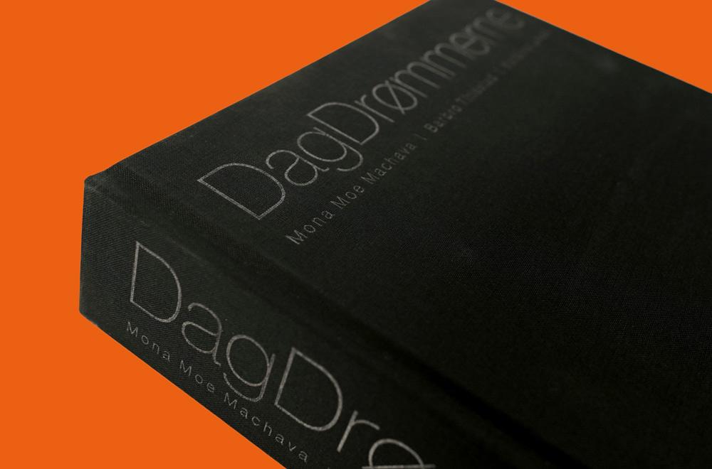 Utsnitt av sort bokcover på oransje bakgrunn