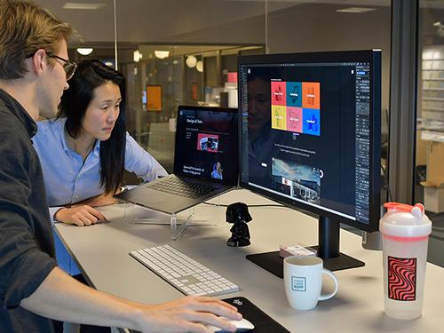 To ansatte som analyserer design av nettside