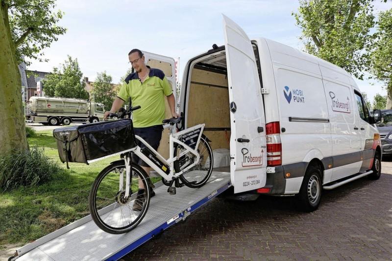 Michel Looij van Probezorgt laadt een e-bike uit | © Foto Marc Moussault