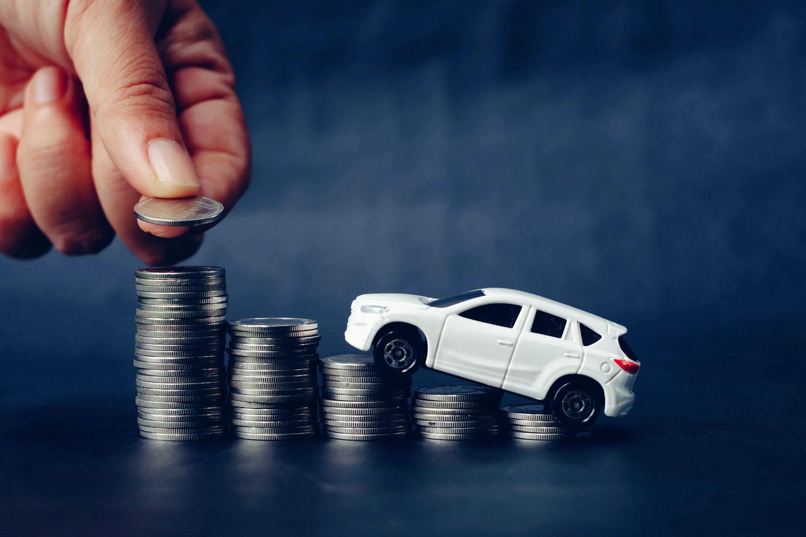 Bilde av en lekebil som kjører oppå mynter.