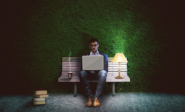 Češi v kancelářských profesích odpracují na neplacených přesčasech více než hodinu denně, měsíčně tak tratí 4760 Kč