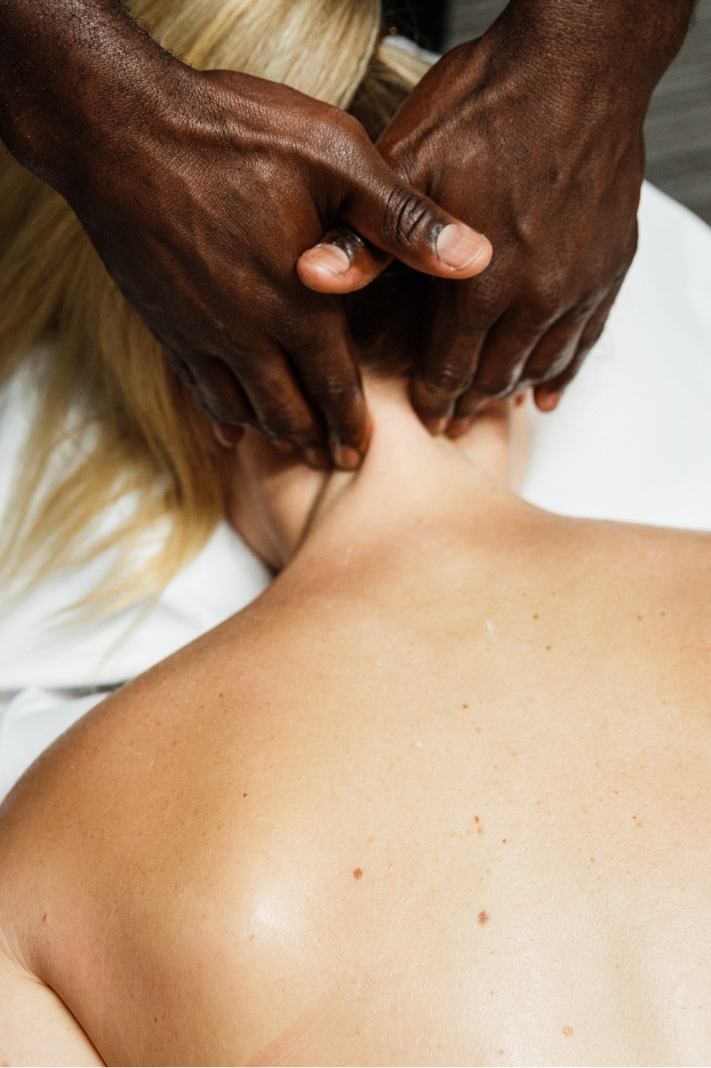fix-body-chiropractor-at-work