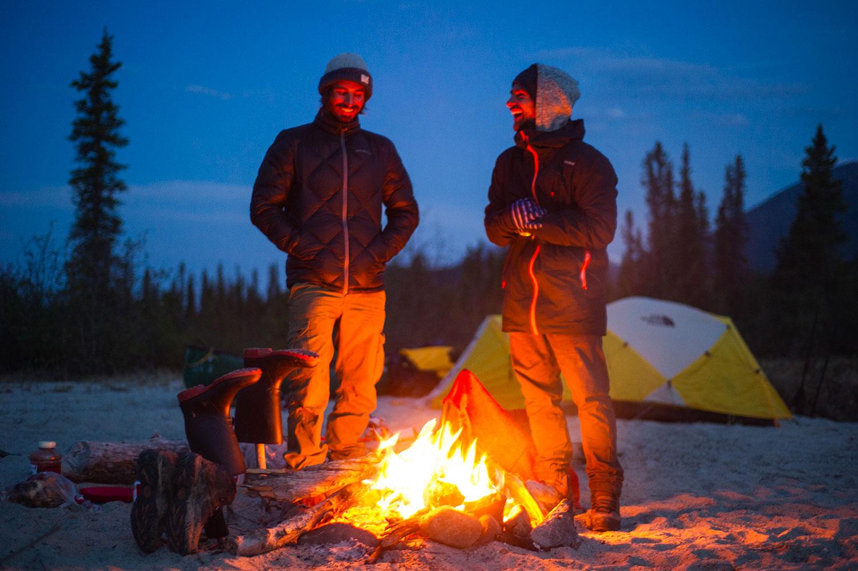 Mathieu et Damien devant feu et campement