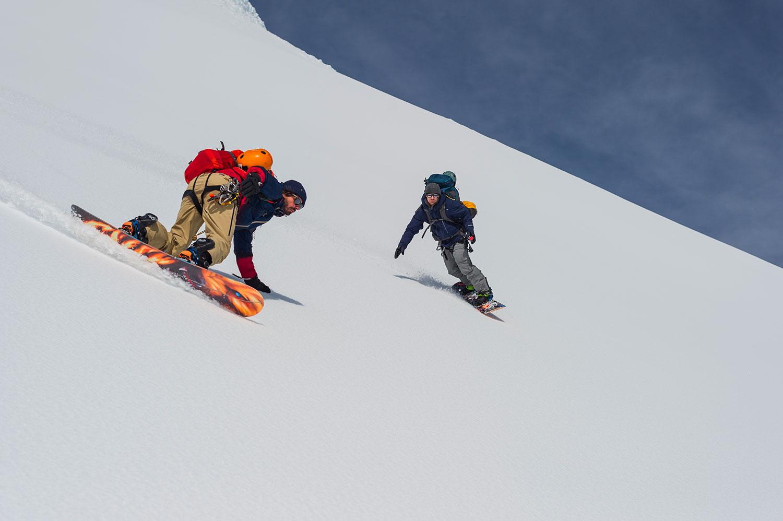 Mathieu et damien surfant sur la montagne