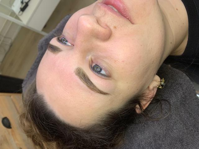 wenkbrauwen geshaped met wax en gekleurd met henna op een dame