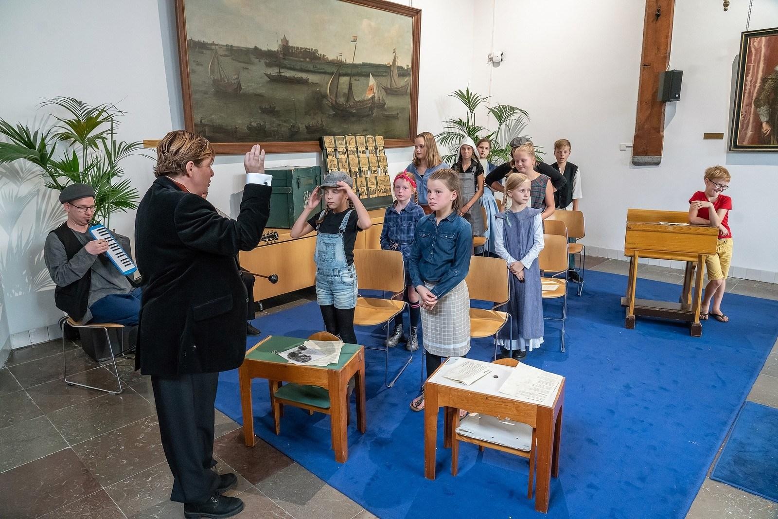 Optreden in oude klaslokaal Toneelroute Vianen