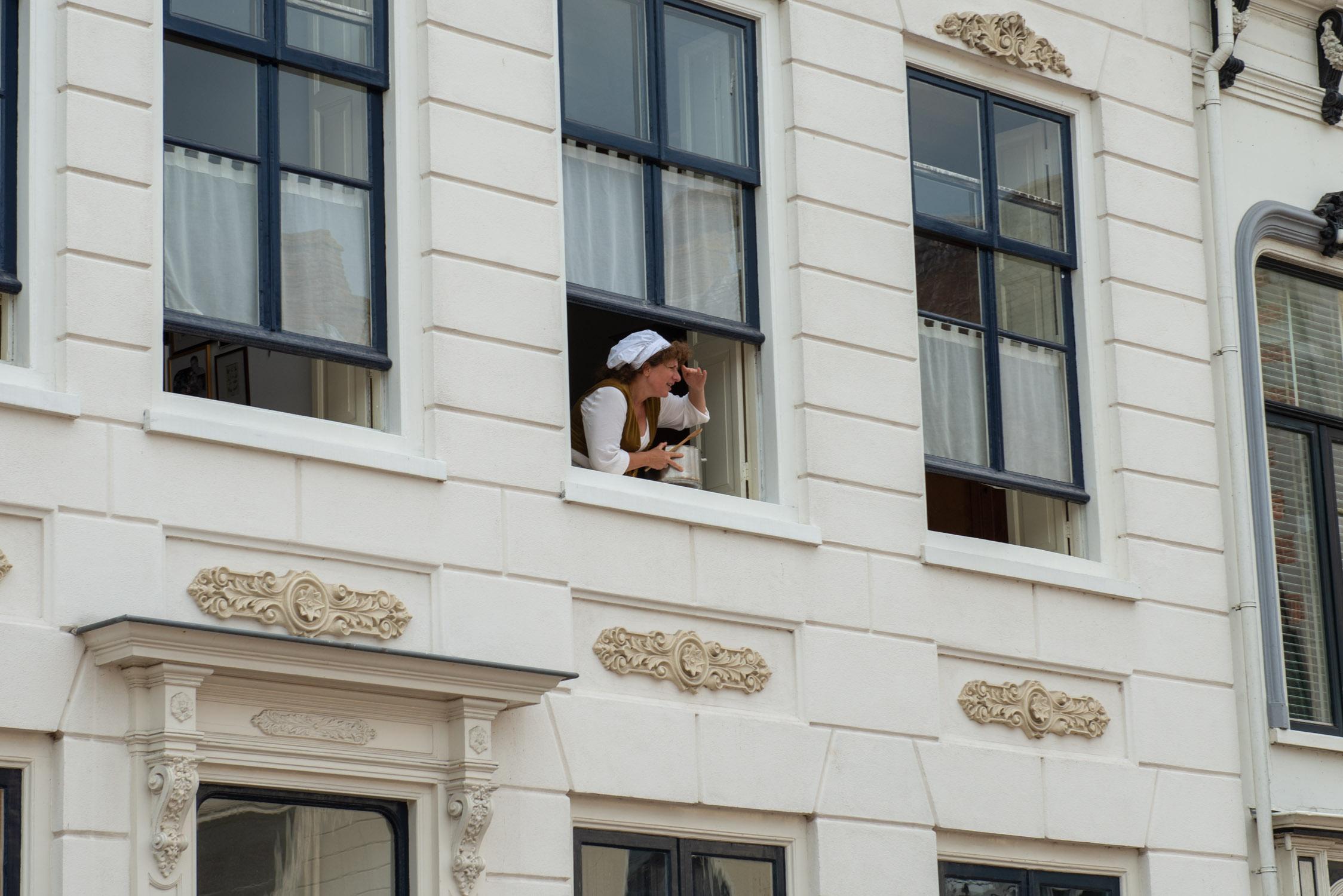 Mensen kijken uit het raam