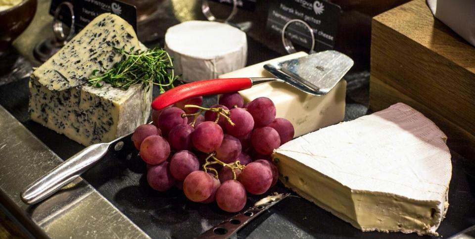 Nærbilde av ost og druer