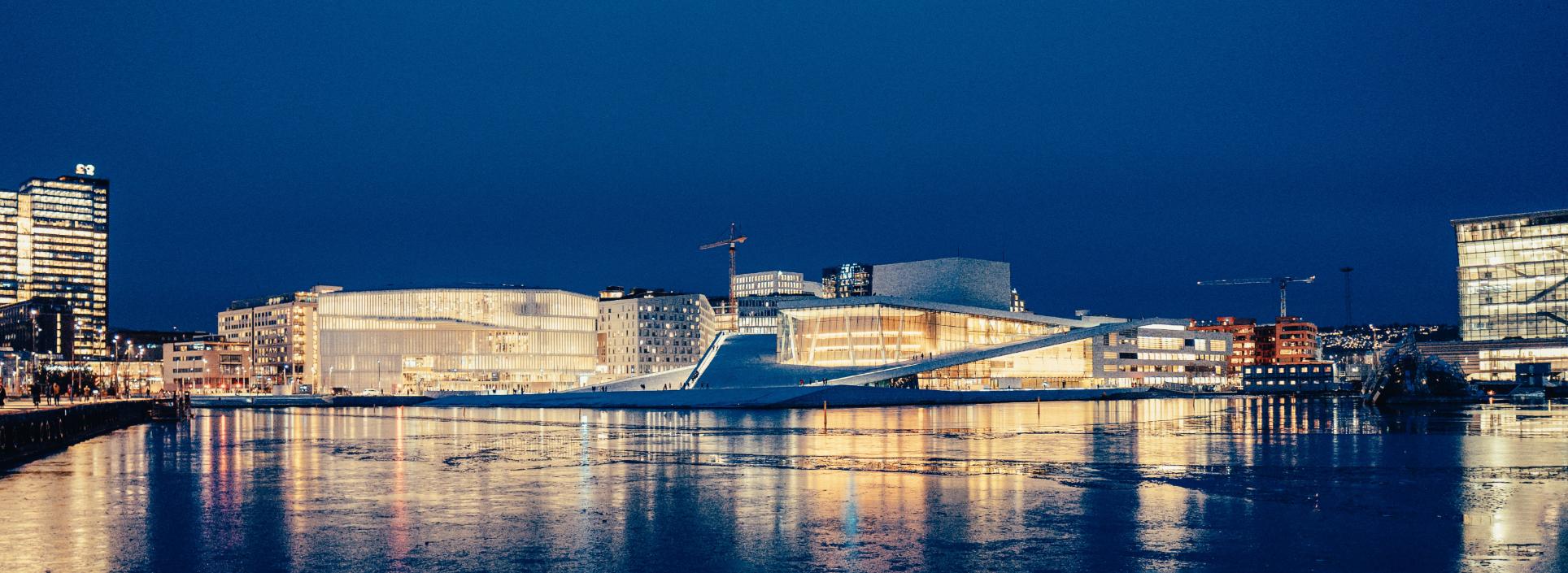 Operahuset i Oslo opplyst om kvelden.