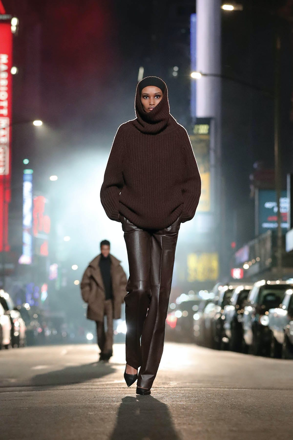 MAHOGANY CASHMERE SWEATER AND PLONGÉ LEATHER TROUSER