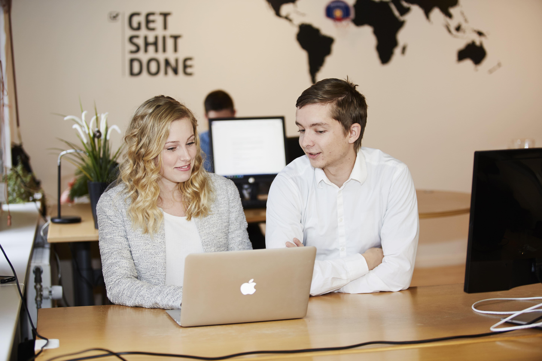 Alexander og Isabel sidder og taler om et konkret content marketing-projekt.