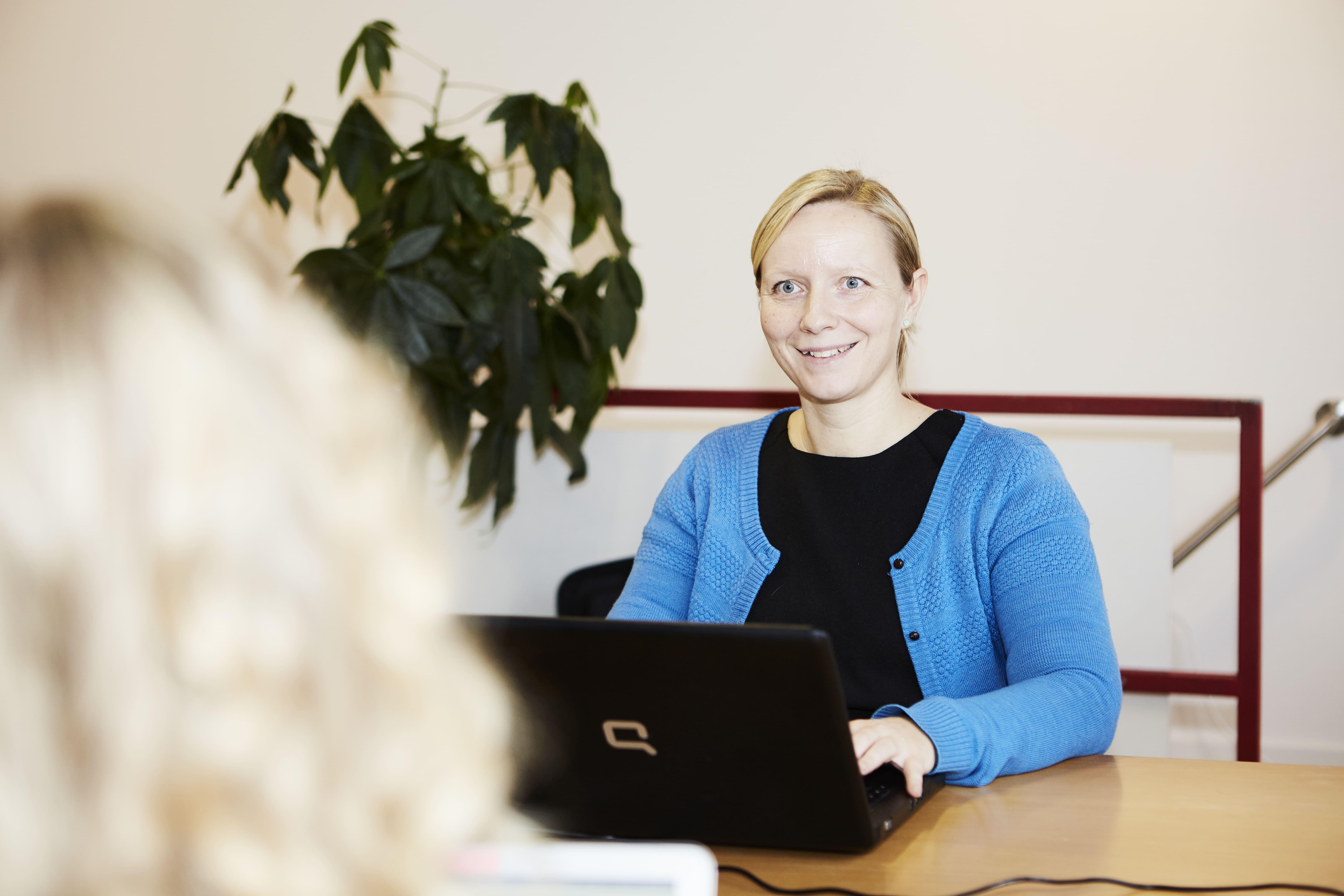 Senior copywriter Mette arbejder med en kundes hjemmesidetekster