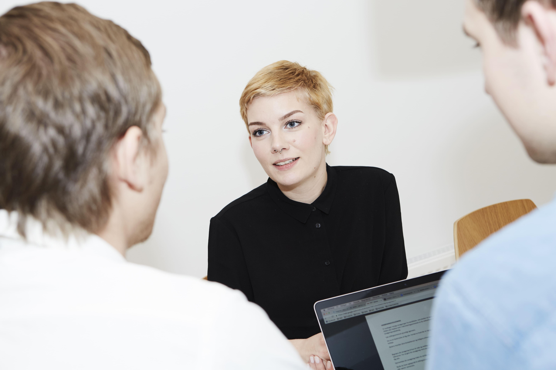 E-mail marketing specialist Andrea Vadsholt taler med sine kollegaer