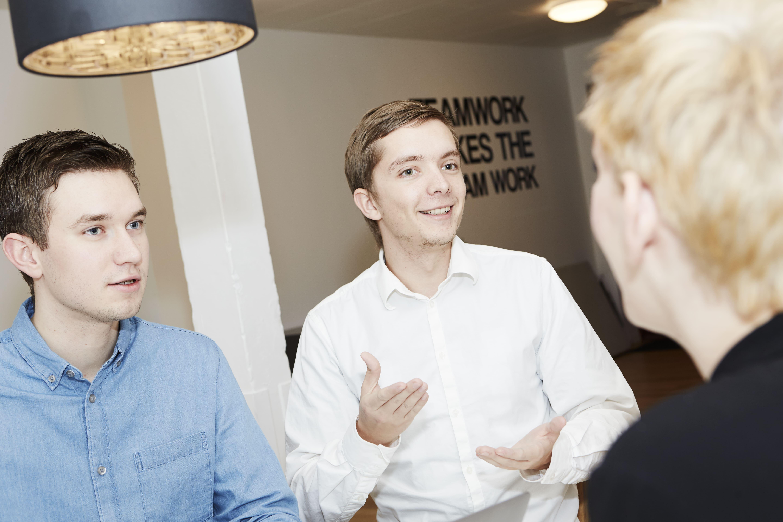 Lasse og Alexander taler med en kunde