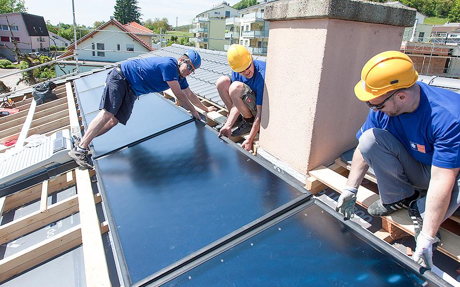 Fachkräfte bei Solarline-Güttinger AG arbeiten auf dem Dach