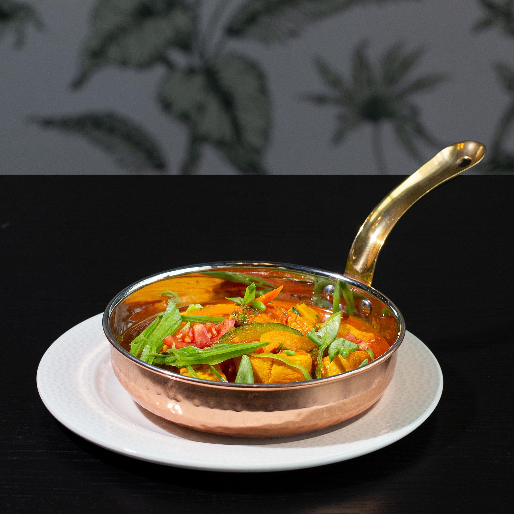Vegetarisches Curry im Tontopf mit Naan