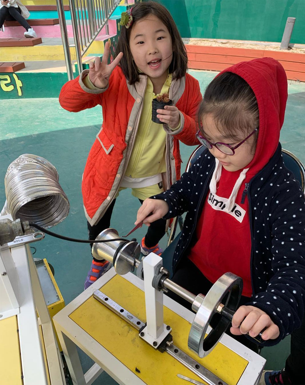 Precious Plastic extrusion workshop with kids