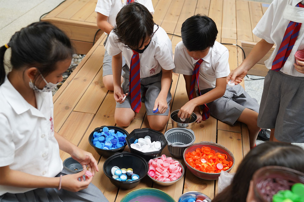 kids recycling plastic