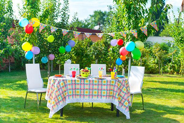 impreza, grill i dekoracje na stole w ogrodzie