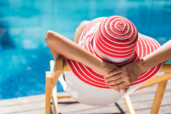 Woman with red hat at the pool