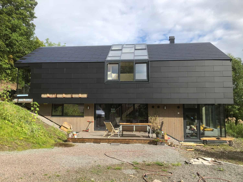 Matt sorte solceller på fasade