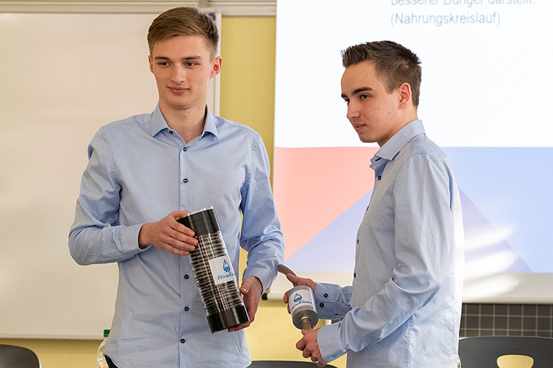 The two automation technicians Aron Düringer and Kevin Bewsher with their project.