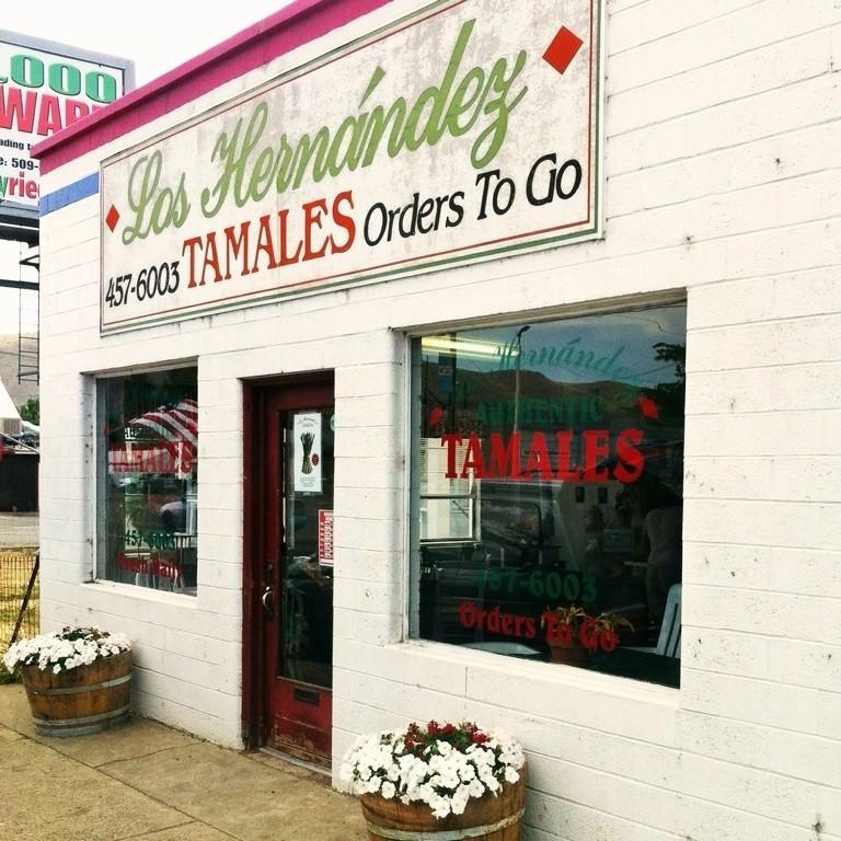 The storefront of Los Hernandez Tamales restaurant.