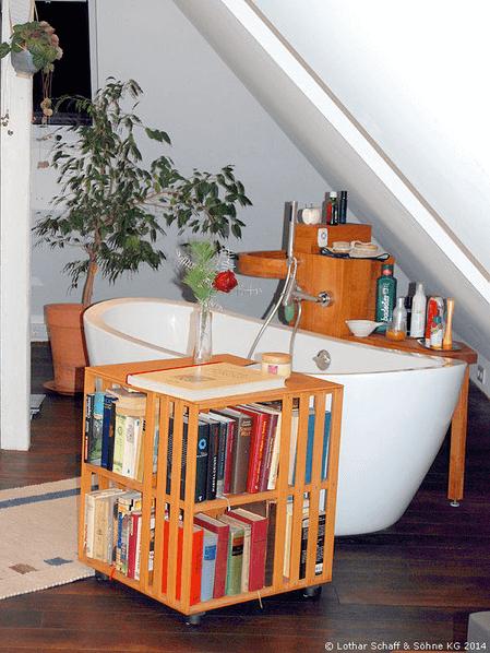Badewanne mit verschiebbaren Bücherregal