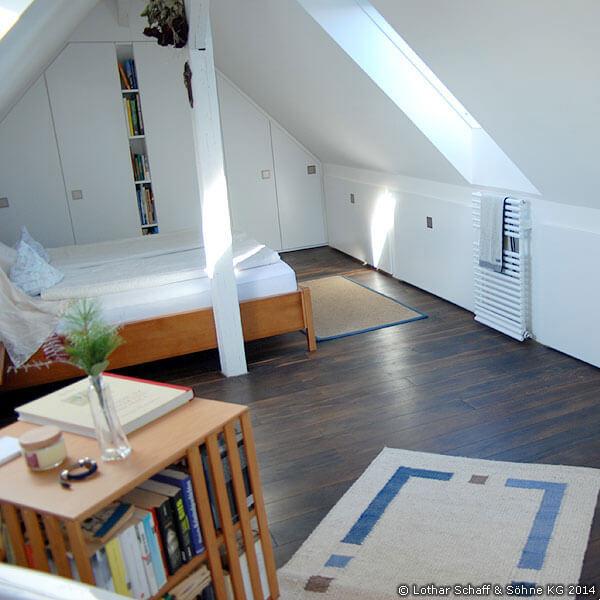 Dachbodenausbau mit neuem Bett und Schränken