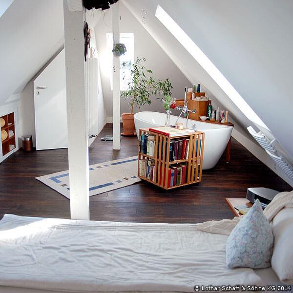 Dachbodenausbau zu einem offenen Bad mit freistehender Badewanne