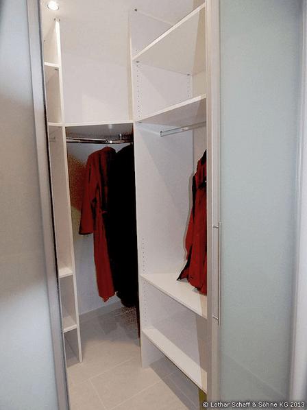 Begehbarer Kleiderschrank in Weiß mit Schiebetüren
