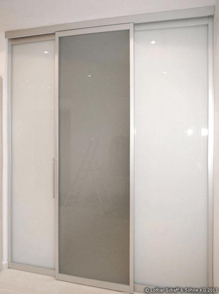 Begehbarer Kleiderschrank mit Schiebetüren und lackiertem Glas