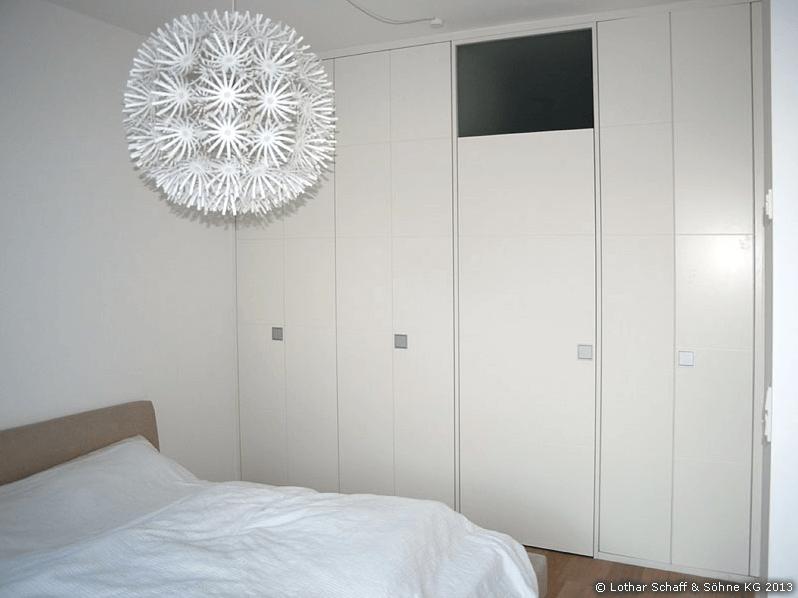 Weißer Einbaukleiderschrank vom Schreiner für das Schlafzimmer