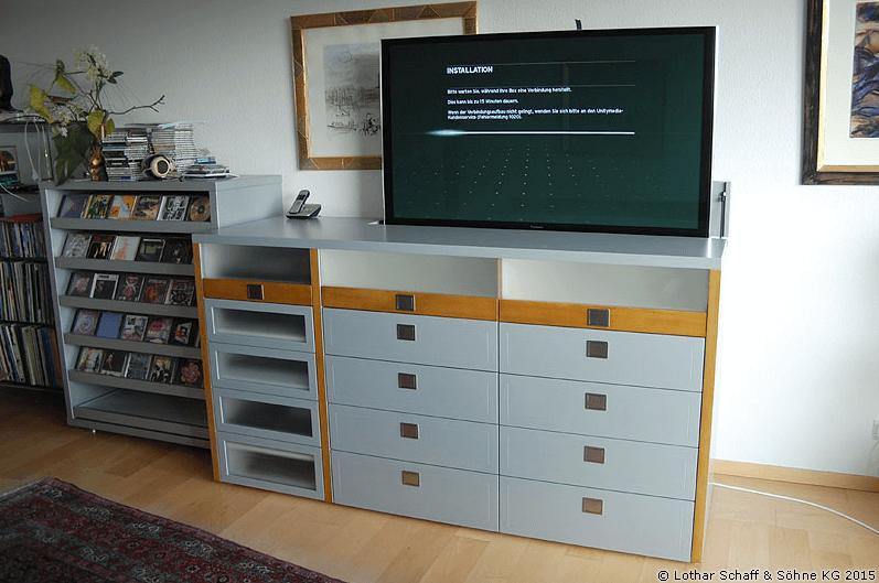TV-Schrank in silberner Lackierung