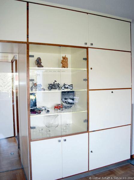 Integrierte Glasvitrine im neuen Einbauschrank