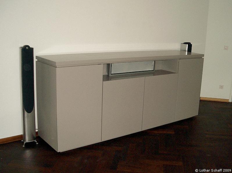 Schrank mit versenkbaren Fernseher und Boxen