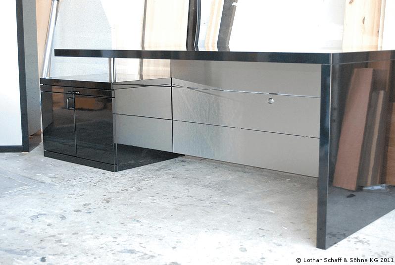 Schwarzer Schreibtisch fürs Büro