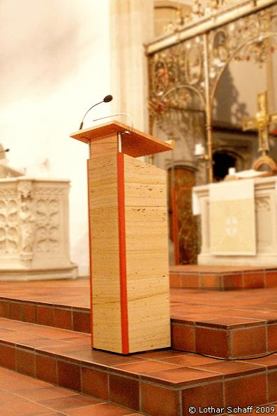 Rednerpult mit Sandstein belegt und höhenverstellbar
