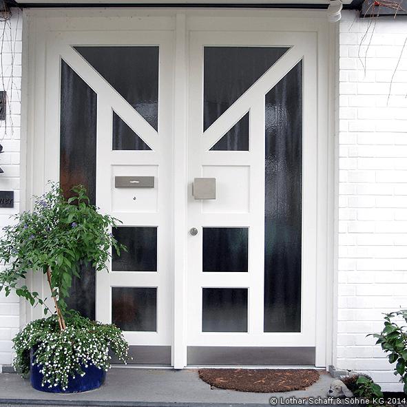 Haustür mit mattierten Glas und weißen Riegeln, doppelflügelig