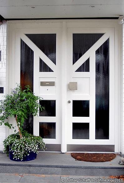 Weiße Haustür mit mattiertem Glas