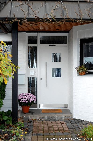 Haustür einflügelig weiß mit quadratischen Glaseinlagen
