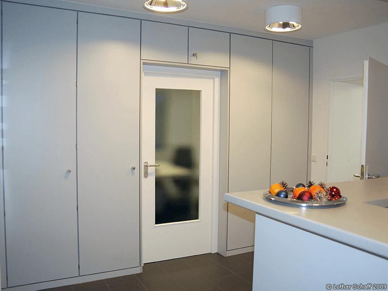 Raumteiler aus Schränken mit Durchgangstür