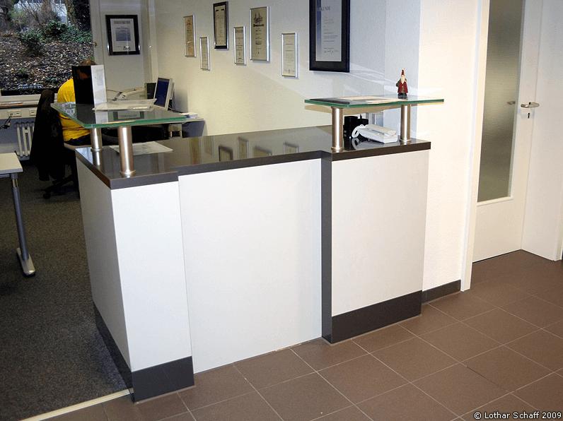 Büro Empfangstheke mit Glasplatten und Dokumentenablage