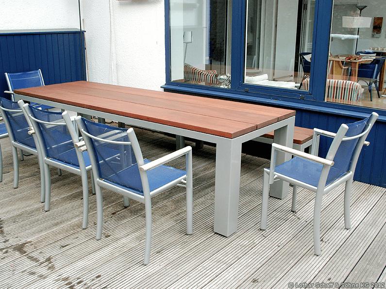 Gartentisch und Gartenbank aus Metall und Mahagoni in wasserabweisender Konstruktion