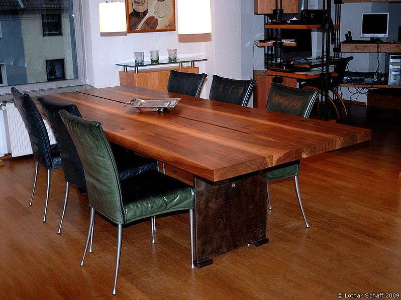 Esstisch mit Tischplatte aus Nussholz