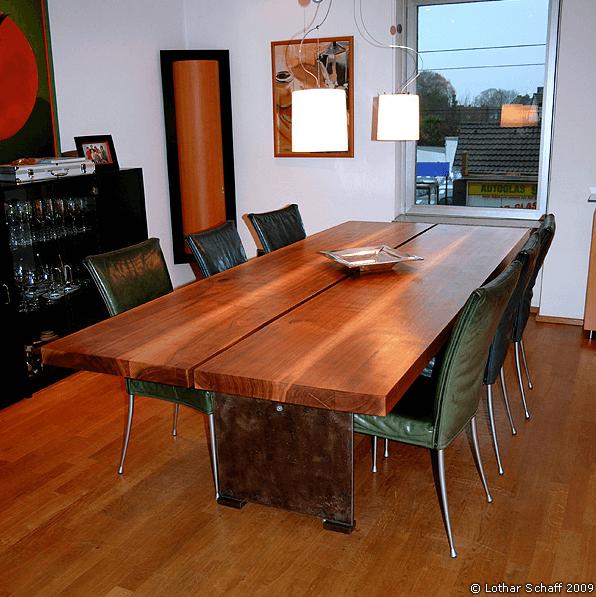 Nußbaum-Esstisch mit sechs Stühlen und Beleuchtung