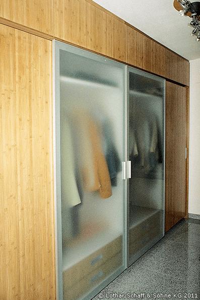 Garderobenschrank aus Bambus und satiniertem Glas