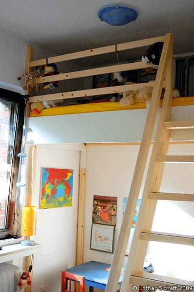 Kinderbett mit Treppe und Spielzeug